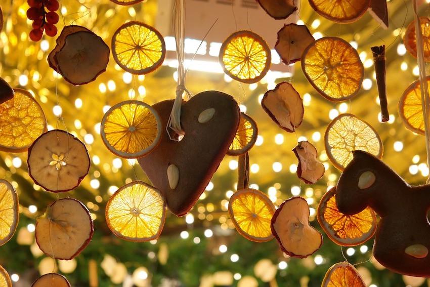 Orangenscheiben und Lebkuchen an einem Weihnachtsmarktstand