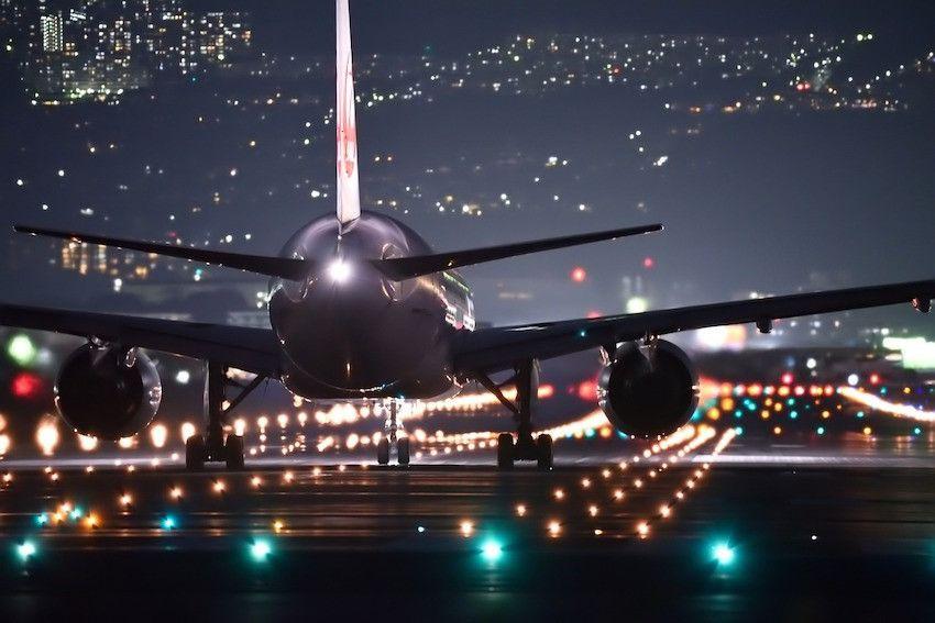 Unterschiedliche Flugverbindungen am Flughafen