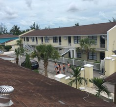 The Colony Club Inn & Suites 2