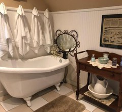 Downtown BnB King Bed Clawfoot Tub & Jacuzzi 1
