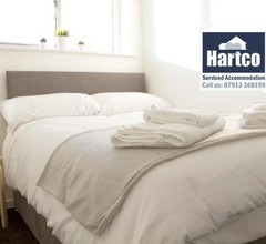 """""""Book Today"""" - 3 bed house, Sleeps up to 9, Free Private Parking, Perfect for Family & Business Travelers - Hartco Serviced Accommodation Birmingham 2"""