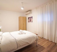 Spacious & Boutique Apt by the beach דירת בוטיק 4 חדרים בנמל תל אביב 2