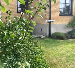 Spacious apartment with garden access 2