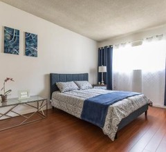West Hollywood apartment minutes to Walk of Fame, parking available 2
