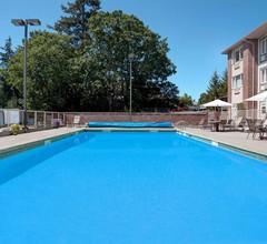 Howard Johnson Hotel & Suites by Wyndham Victoria Elk Lake 1