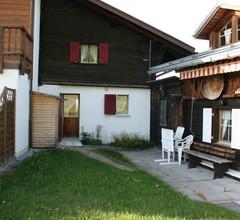 Großzügiges Ferienhaus mit eigener Terrasse in Obersaxen 1