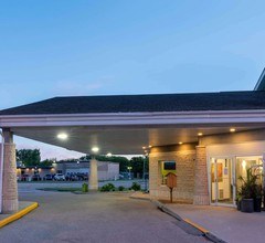 Super 8 by Wyndham Winnipeg West 1