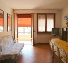Ruhiges Ferienhaus in Massa mit Terrasse 1