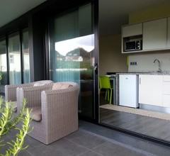 Das Haus von Manuel ist eine moderne und große Villa inmitten der grünen Landschaft umgeben 2