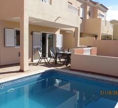 Neu möbliertes, Stadthaus, ruhige Wohnanlage, großer, privater Pool 1