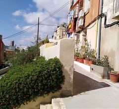 Typisches Haus gebaut gegen die Felsen der Burg Santa Barbara, Casco Antiguo 1
