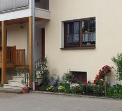 Große FeWo-eigener Hauseingang - Sommer-Hofgarten 2