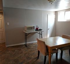 Coole und komfortable geräumige 1200 m² große private Wohnung im unteren Teil des Hauses 1