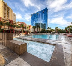 Luxury Studio at MGM Signature, Great Location, Awesome Lazy River Pool 2
