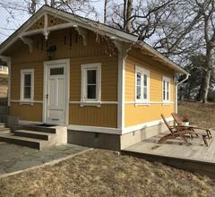 Cottage mit sonnigem Holzdeck am Wasser 1