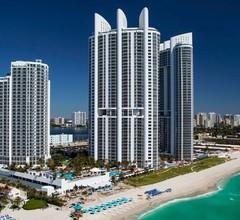 Junior Suite in Privatbesitz mit Blick auf die Bucht im Sunny Isles Beach Resort 1